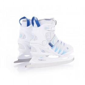 Garāžas plaukts ar zilām un sarkanām kastēm